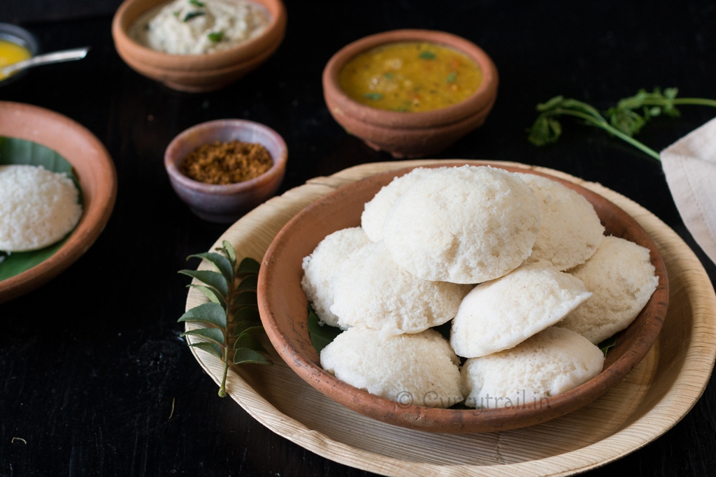 idli recipe served with coconut chutney and tiffin sambar