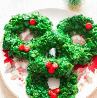 Cornflakes Christmas wreath cookies on decorative plates
