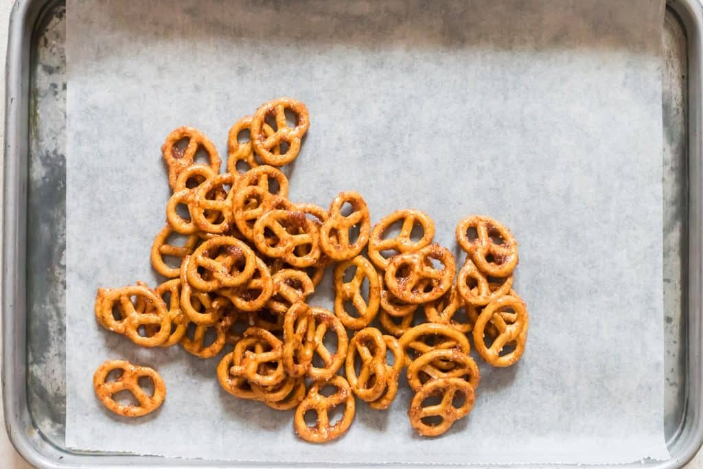 arranging cinnamon coated pretzels on baking tray