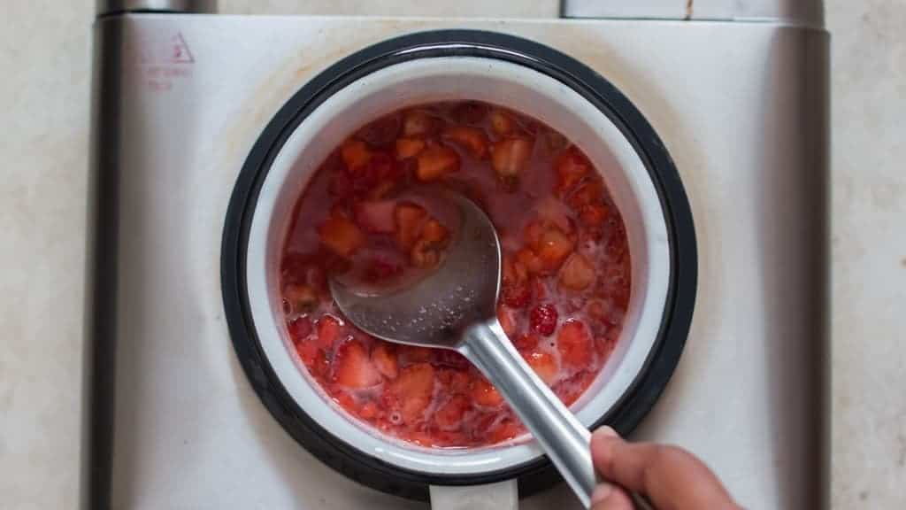 cooking strawberry to make strawberry sauce